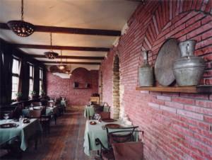 грузинский кирпич в интерьере кафе